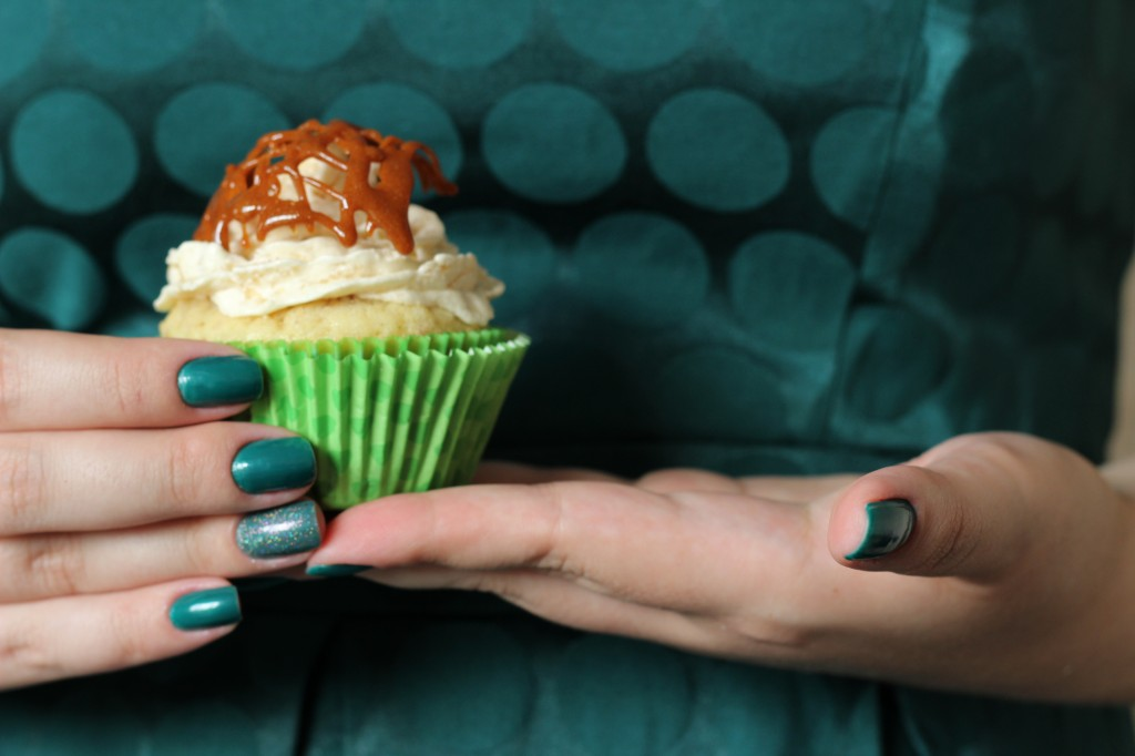 Cupcake de avelã com pera e caramelo